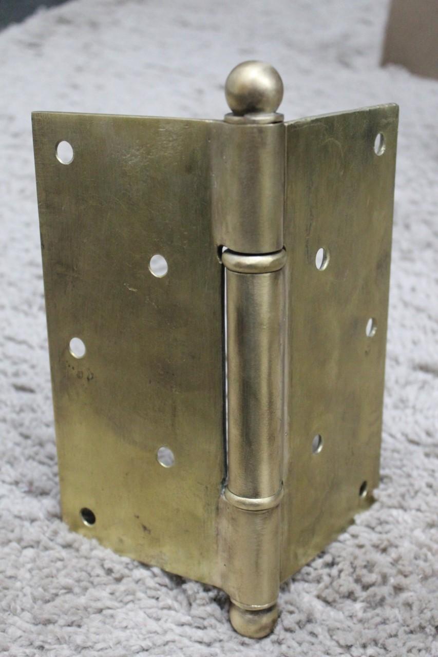 4. Detalhe de dobradiça de bronze