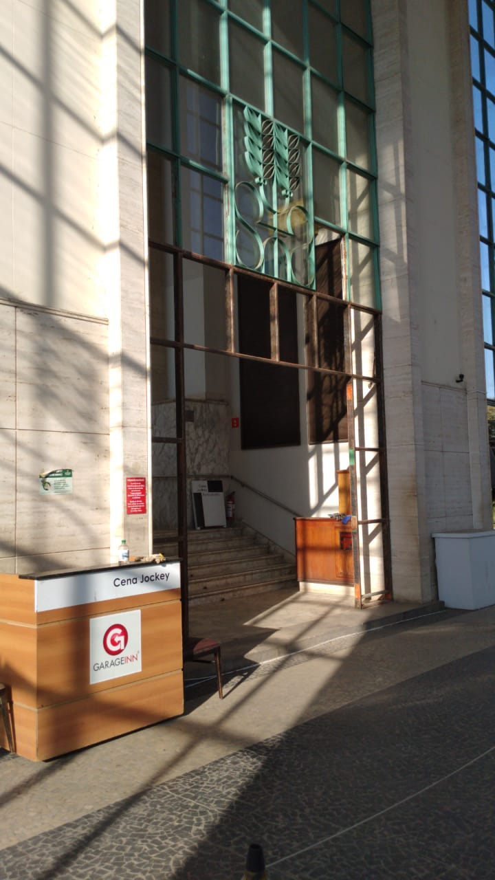 6. Retirada da porta principal para restauro